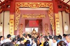 旅居老挝越南人前往胡志明主席纪念区献上鲜花和敬香
