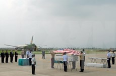 美国军人遗骸归国仪式在岘港国际机场举行