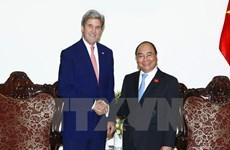 阮春福总理会见原美国国务卿约翰·克里