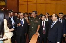 越南政府总理阮春福与柬埔寨首相洪森同平阳省人民互动交流