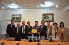 国会副主席冯国显与旅法越南人会面