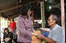 越南国家副主席邓氏玉盛走访慰问昆岛优抚家庭