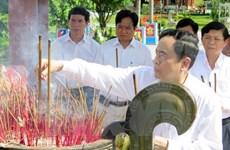祖国阵线中央委员会主席敬香缅怀各位英雄烈士