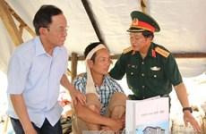 越南国会副主席杜伯巳看望慰问山罗省灾民