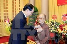 陈大光向前国家副主席阮氏萍颁发70年党龄纪念章
