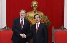 越共中央经济部部长会见欧洲议会国际贸易委员会主席朗格