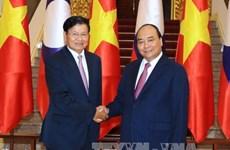 越南政府总理阮春福与老挝总理通伦•西苏里举行会谈