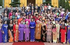 越南国家副主席邓氏玉盛会见旅泰越南老教师代表团