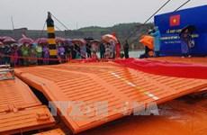 广宁省横跨卡龙河的临时浮桥正式合龙