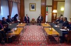 阿尔及利亚总理希望加强两国关系