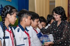 国家副主席邓氏玉盛向安江省贫困学生颁发助学金