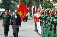 越南政府总理阮春福探访同塔省军事指挥部