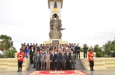 越柬建交50周年:越南代表团在越柬友谊纪念碑前敬香
