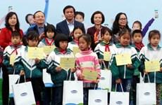 越南儿童保护基金会向兴安省贫困儿童赠送牛奶和助学金