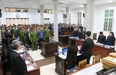 郑春青及其同案犯案件:22名被告人出庭受审