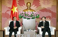 越南国会副主席冯国显会见老挝国会经济、技术和环境委员会主任