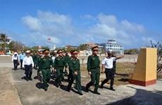 越共中央军委和国防部工作代表团看望慰问长沙岛和DK1海上高脚屋军民