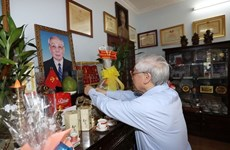 越共中央总书记阮富仲向前越南党和国家领导敬香