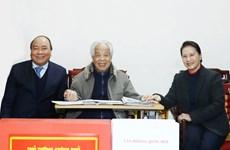 政府总理阮春福和国会主席阮氏金银春节前走访慰问原总书记杜梅