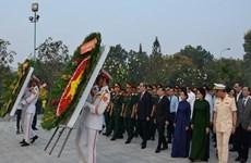 胡志明市领导向英烈们敬香