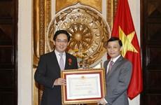 越南向中国驻越大使洪小勇授予友谊勋章
