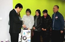越南驻捷克和以色列大使馆开展迎新春和走访慰问活动