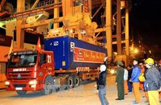 2018年春节期间海防港迎来多艘集装箱船进港装卸货