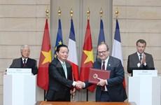 阮富仲与马克龙会见记者并出席各项合作协议签署仪式