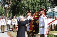 阮富仲前往设在古巴和平公园的胡志明主席塑像献花圈
