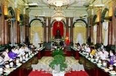 邓氏玉盛会见前江省革命战争时期有功人员代表团