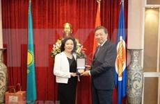 越南公安部部长苏林造访越南驻哈萨克斯坦大使馆