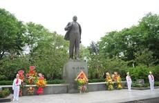 河内市高级代表团在列宁塑像前敬献花圈