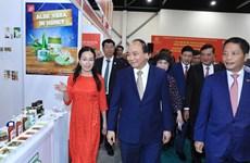 阮春福参观亚洲国际食品与酒店展越南国家馆