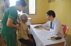 旅居柬埔寨越南人医生为旅柬越侨免费体检和发药