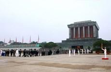 胡志明主席诞辰128周年:成千上万名游客瞻仰胡志明主席陵