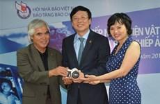 黄功吾摄影记者向越南新闻博物馆捐赠实物