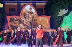 """""""千朵鲜花敬献胡伯伯"""" 晚会在胡志明市和太原省并机直播"""