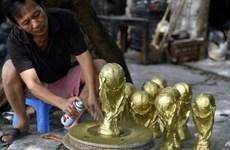 越南产的世界杯金杯模型颇受欢迎