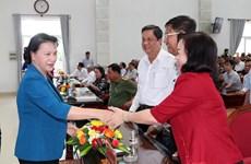 越南国会主席阮氏金银在芹苴市开展选民接待活动
