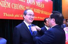 """胡志明市多个先进集体和个人荣获""""致力于党的对外事业""""纪念章"""