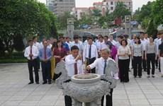 越南领导人行上香礼 纪念已故越共中央总书记阮文渠诞辰106周年