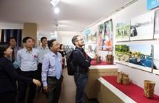 """""""越南中部和西原地区各省二十年革新历程""""图片展在岘港市举行"""