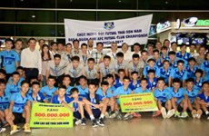 越南泰山南在AFC Futsal俱乐部锦标赛夺季军回国受到热烈欢迎