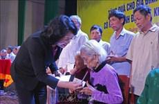 国家副主席邓氏玉盛向广义省优抚贫困家庭赠送慰问品