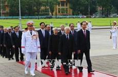 越南国庆73周年:党和国家领导人入陵瞻仰胡志明主席遗容