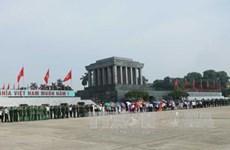 人民群众入陵瞻仰胡志明主席遗容