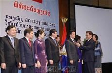 越南祖国阵线中央委员会和越共中央民运部领导荣获老挝自由勋章