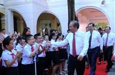 越南全国大中小学生兴高采烈地跨入新学年