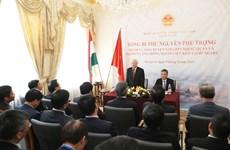 越共中央总书记阮富仲会见越南驻匈大使馆工作人员和旅匈越侨代表