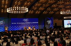 WEF ASEAN 2018:政府总理阮春福和WEF主席共同主持2018年越南工商峰会上的对话
